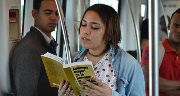 La poesía ocupa por seis días las dos líneas del Metro de Santo Domingo