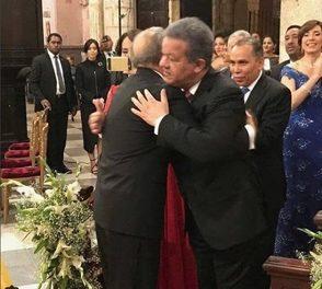 Leonel y Danilo se confunden en un abrazo en boda hija del Presidente Medina