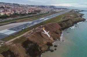 Avión en Turquía se sale de la pista y se queda a metros del Mar Negro, Alcarrizos News Diario Digital
