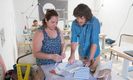 Neumáticos transformados en zapatillas cambian decenas de vidas en Argentina