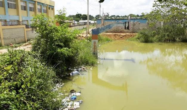 """La """"laguna de la malaria"""" es un foco de temor en Los Alcarrizos"""