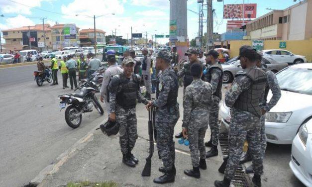 Agentes antimotines controlan manifestaciones a tiros en avenida 27 de Febrero con Isabel Aguiar
