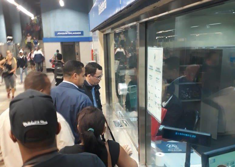 Ministro de Educación toma el Metro de Santo Domingo para desplazarse a su oficina política