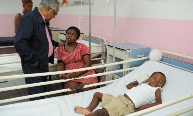 Ministro de Salud Pública, visita Hospital Vinicio Calventi y conversa con pacientes