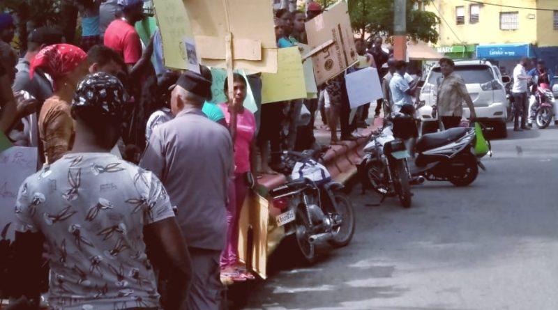 Desalojados ilegalmente en Los Alcarrizos se manifiestan en las calles