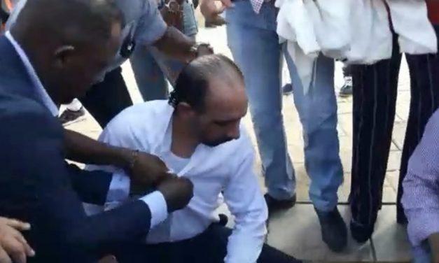 (VIDEO) Lanzan bombas lacrimógenas a diputado de Leonel que estaba frente al Congreso