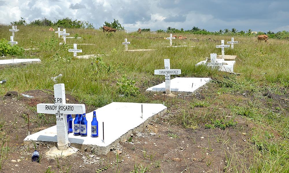 El cementerio improvisado de Los Alcarrizos se encuentra en total abandono y sin dirección