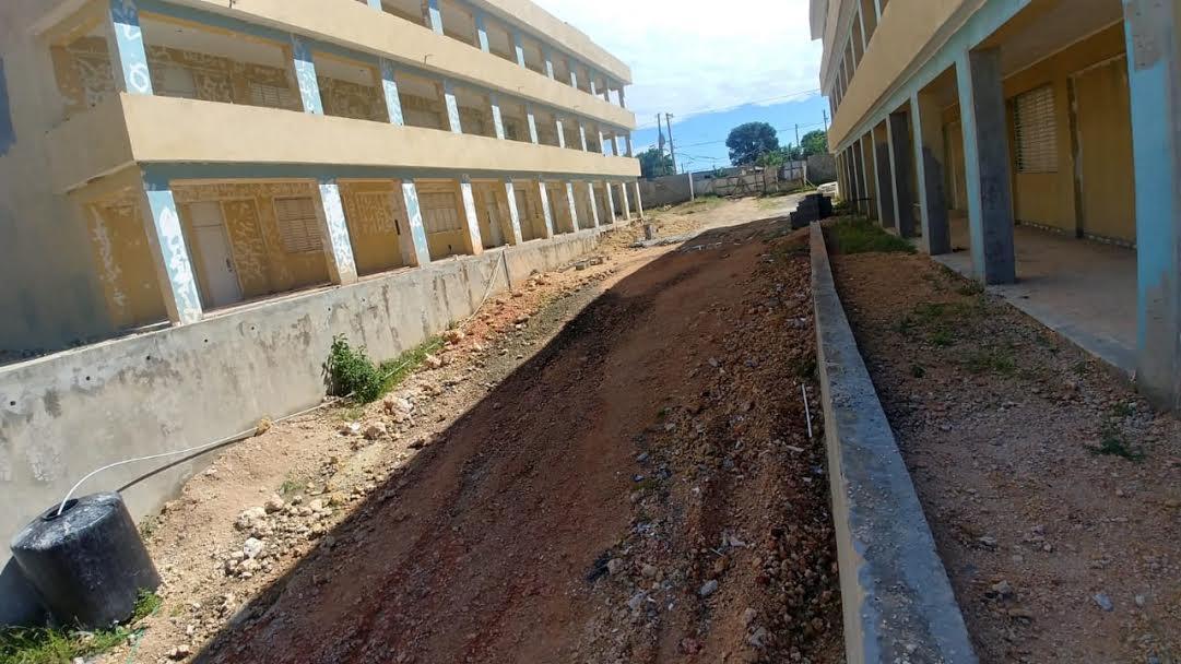 Comunitarios y comunidad docente de Los Alcarrizos demandan terminación de escuela