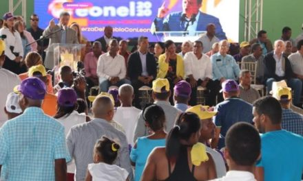 Políticos de uno y otro partido se dan un baño de pueblo en Los Alcarrizos