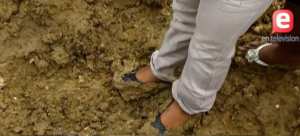 El lodo impide inicio del año escolar en el sector Paríso de Los Alcarrizos