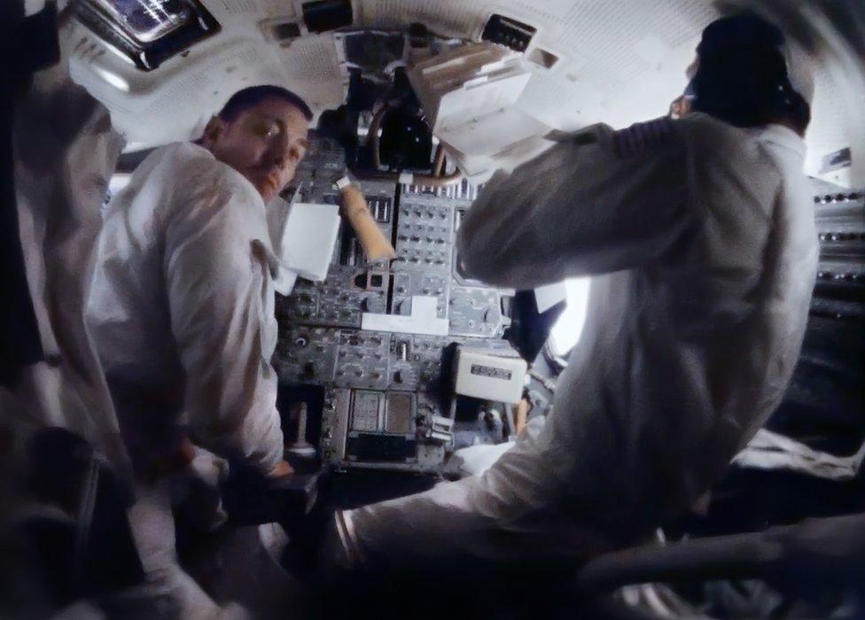 Astronautas en la nave espacial