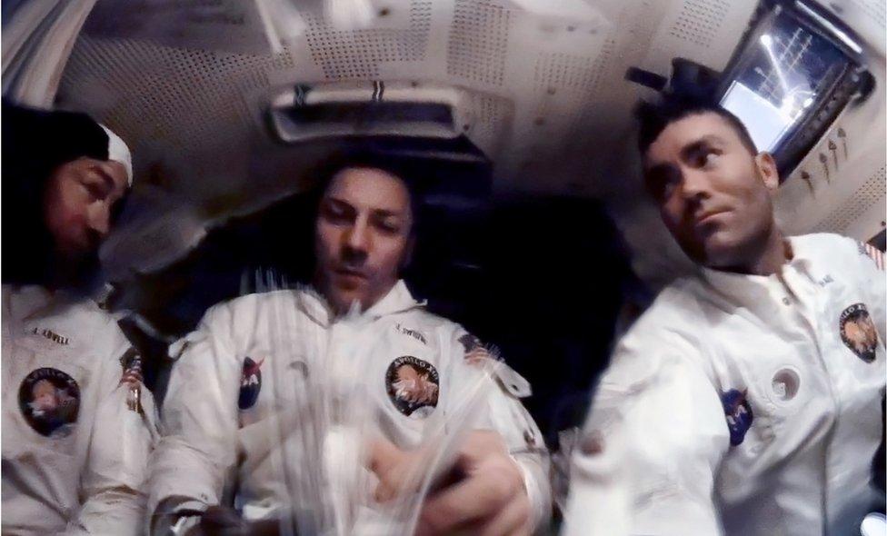 Astronautas en la nave