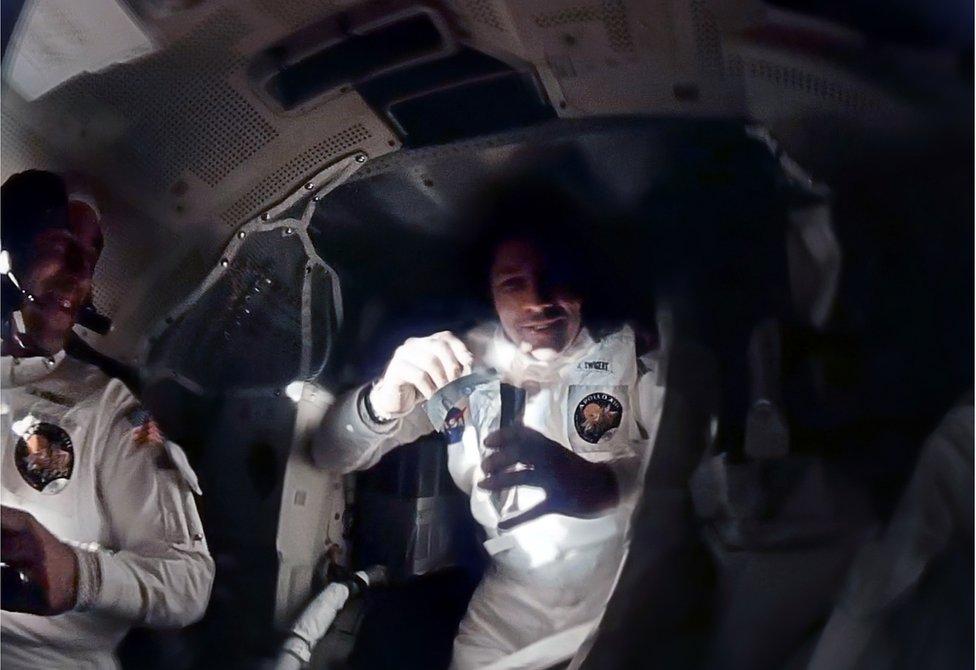 Astronautas en la nave Apolo 13