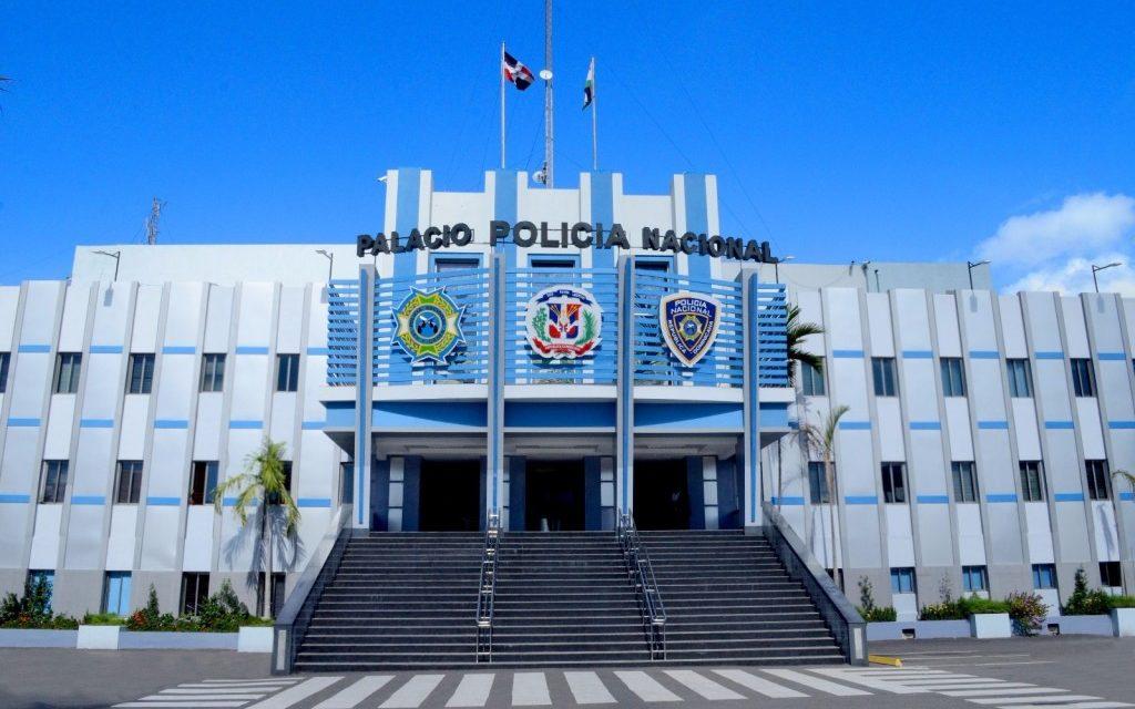 La Policía Nacional desaloja un grupo de haitianos invasores de tierra en Los Alcarrizos