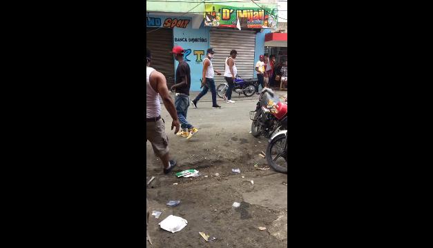 Calle 42 del barrio Capotillo de la capital en pleno desorden, Policía toma el control
