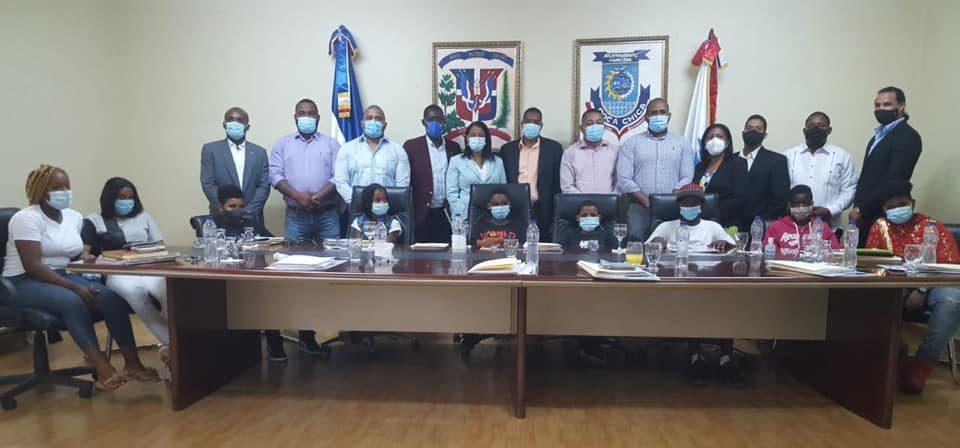 Regidores Boca Chica comparten con niños del municipio durante sesión de trabajo