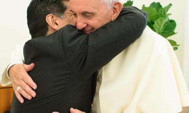 """El """"abrazo del hijo pródigo"""": la relación de Maradona con el Papa Francisco"""