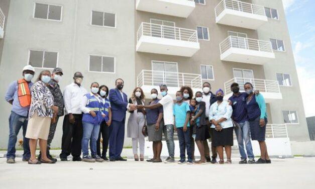 Gobierno entrega vivienda a familia de niña asesinada durante asalto en Los Alcarrizos