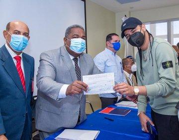Peña Guaba pone un huevo, entrega dinero a un senador, viceministro y esposa asesor artístico