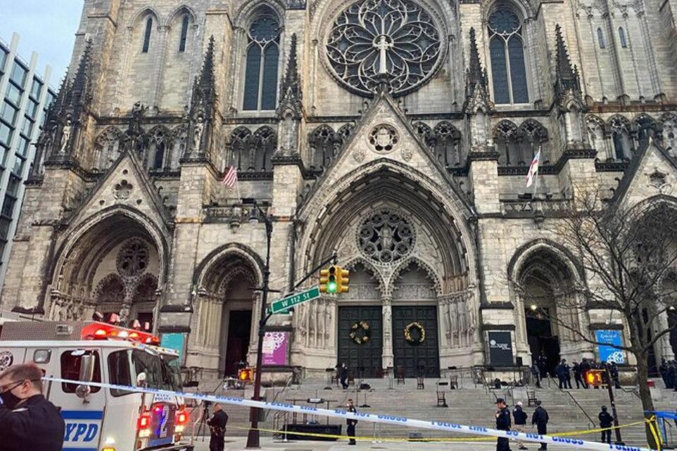 Policía NY dispara fatalmente a hombre que abrió fuego cerca de multitud en catedral Manhattan