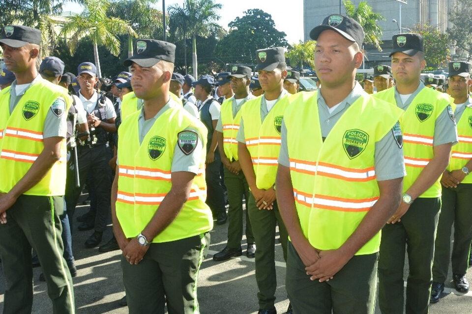 Sargento Elías Solano Pérez de  la FARD le propina una galleta a agente DIGESETT porque lo detuvo
