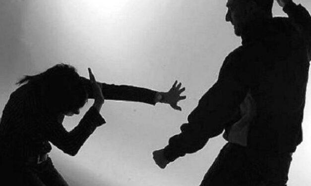 Hombre le propina golpiza a su pareja embarazada y la lleva a caer de un segundo piso