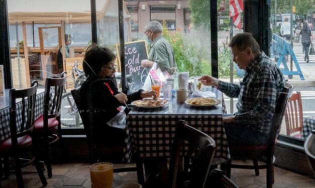 Cuomo prohíbe nuevamente comer al interior de los restaurantes en la ciudad de Nueva York