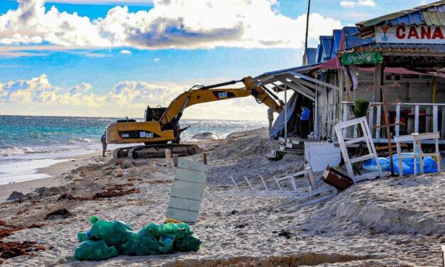 Medio Ambiente retira negocios que operaban de manera ilegal en la playa Arena Gorda, Higüey