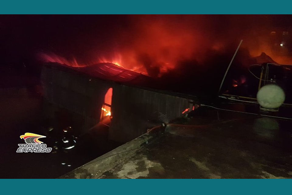 Incendio de gran magnitud consume la Industria del Sobre Dominicano en Villa Juana