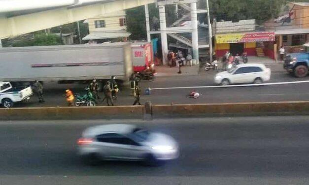 Hallan hombre muerto debajo el puente peatonal del km 22 de la autopista Duarte
