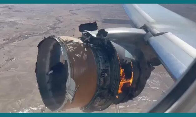 Se enciende motor y pedazos caen del avión