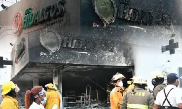 Incendio destruye sucursal farmacia Los Hidalgos