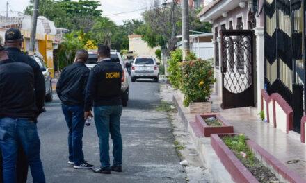 Policía saca hombre atrincherado en casa