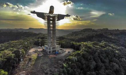 Levantan la estatua más grande de Jesús