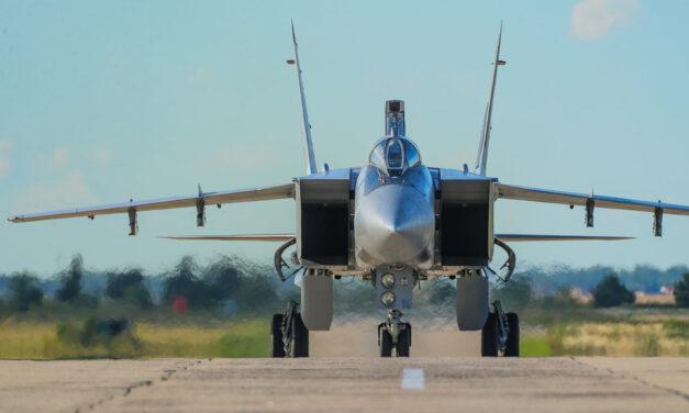 Un caza MiG-31 ruso intercepta aviones