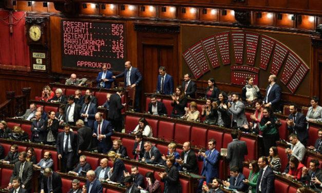 Italia recorta 345 diputados y senadores