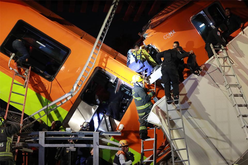 Caen dos vagones del Metro de México