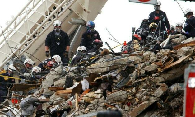 Encuentran los cuerpos de dos niños, suben a 18 las muertes por el derrumbe